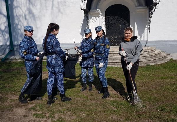 Курсанты помогли привести в порядок территорию женского монастыря.
