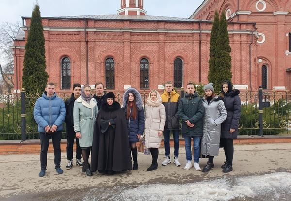 Первокурсники академии на территории монастыря.